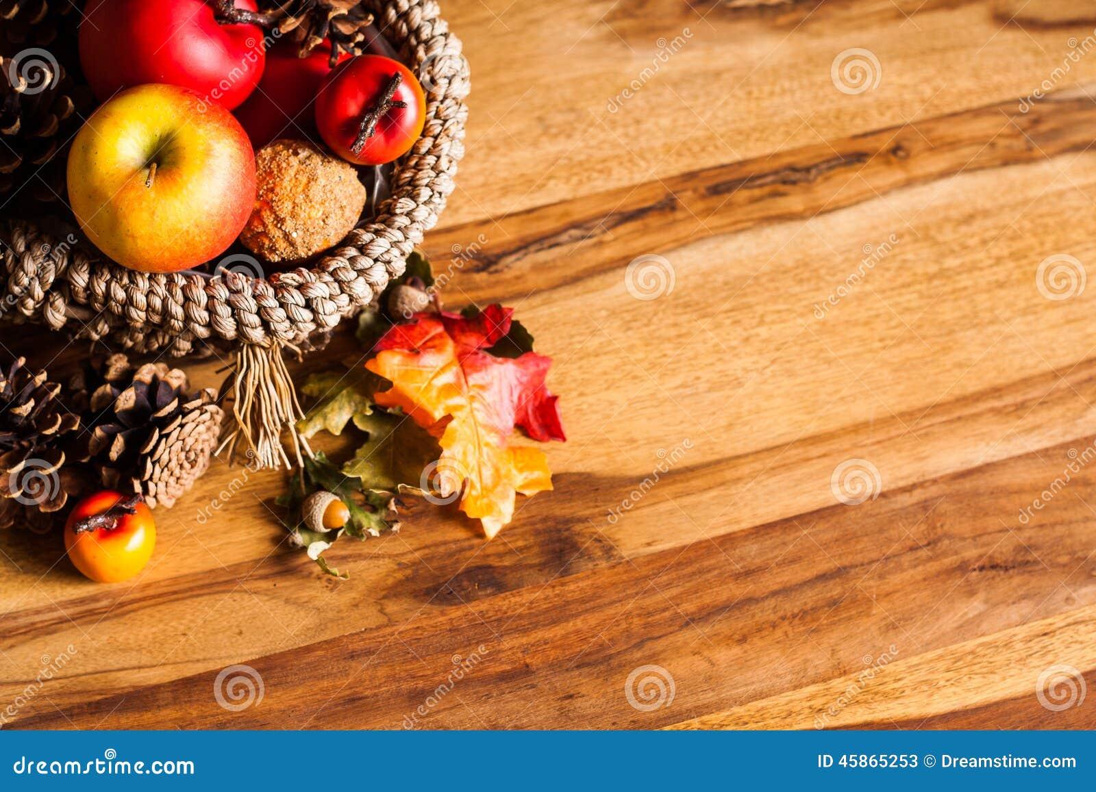 Huis Donker Hout : De herfstdecoratie op donker hout stock afbeelding afbeelding