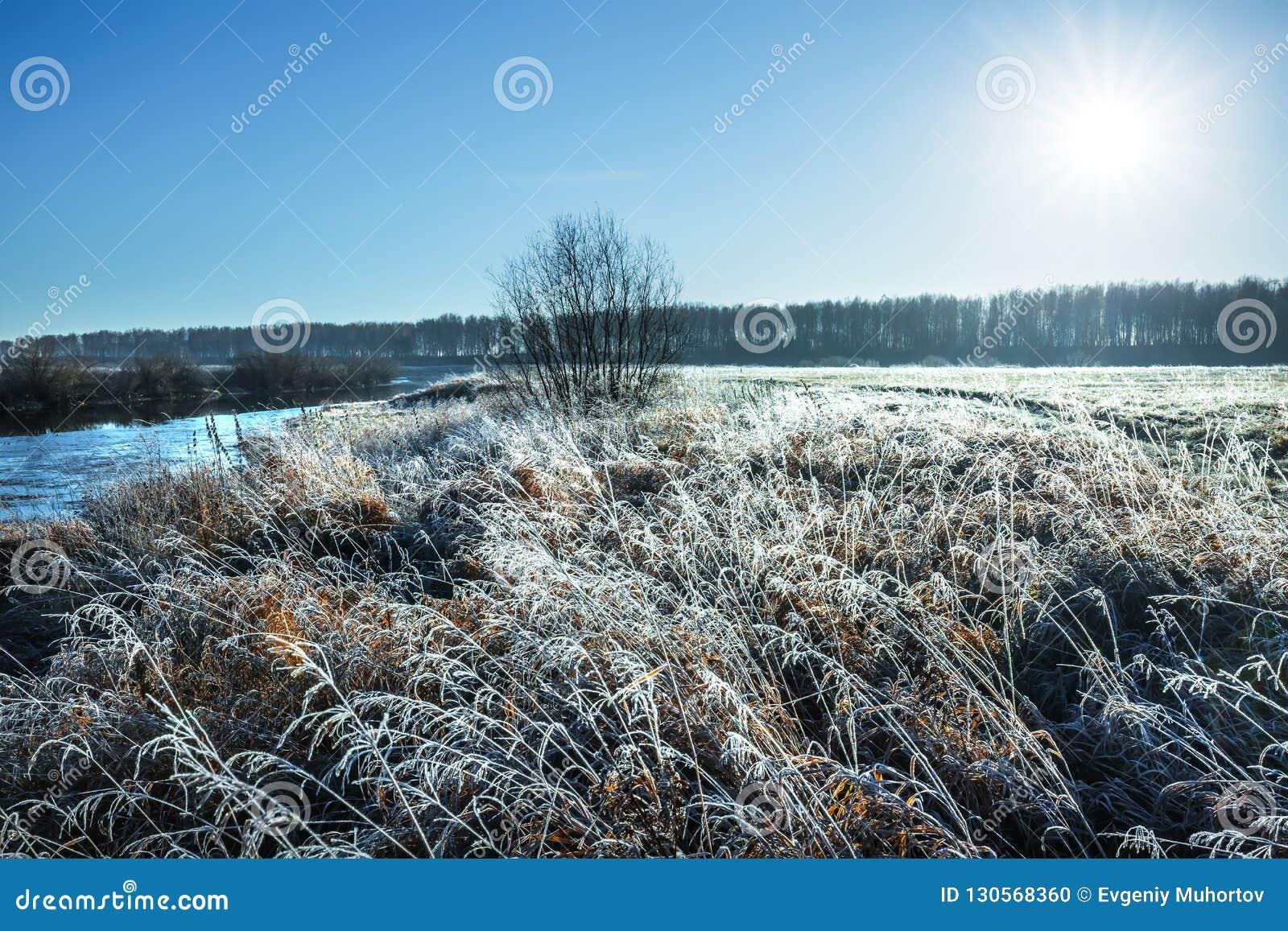 De herfstlandschap, ijzige ochtend door de rivier Westelijk Siberië