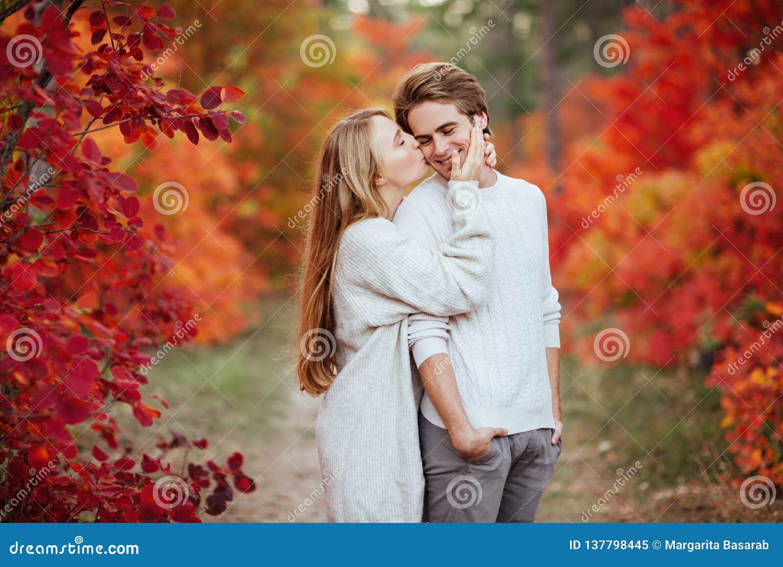 De herfstliefde, paar het kussen in dalingspark