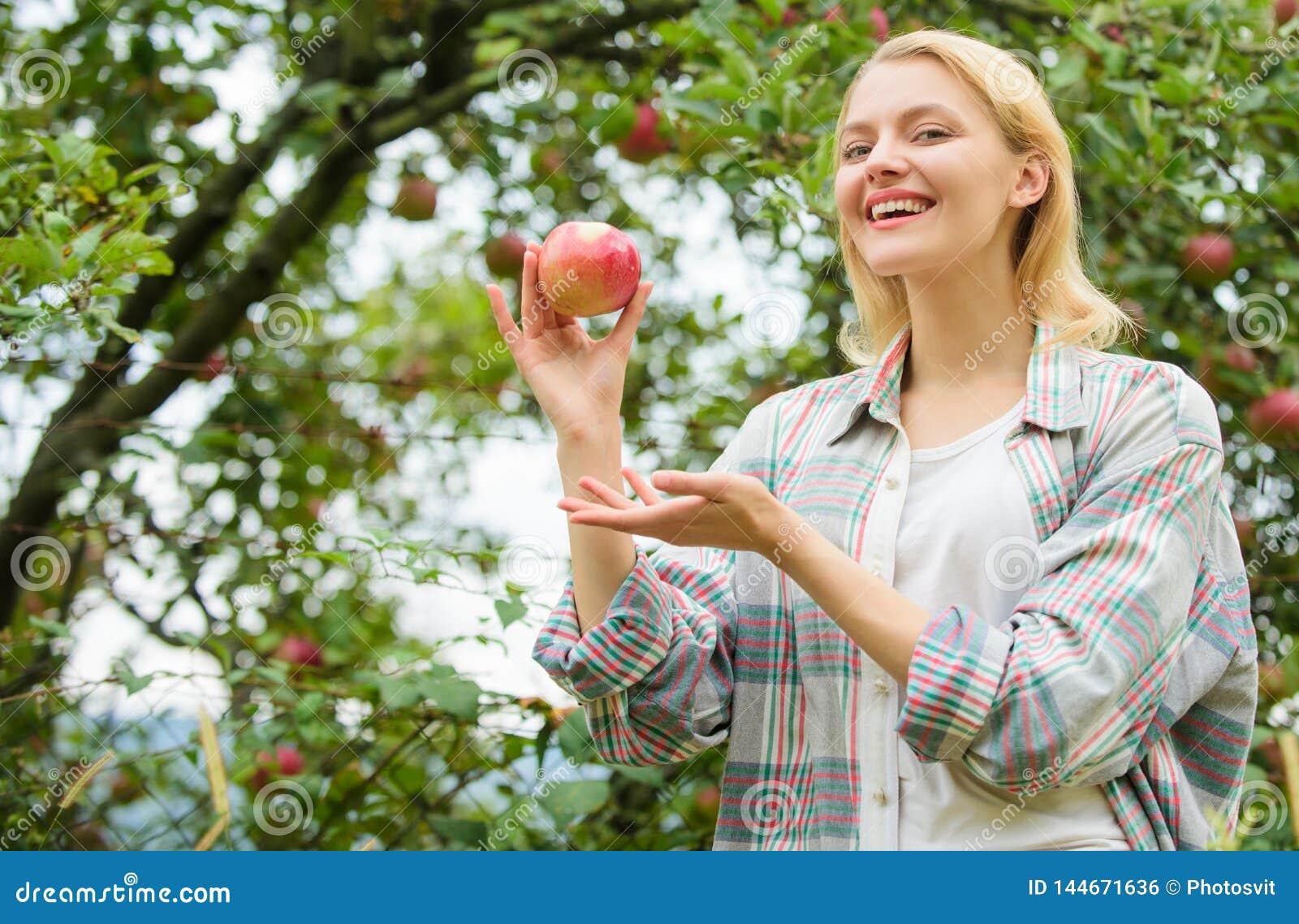 De herfstseizoen in boomgaard boomgaard, tuinmanmeisje in appeltuin Gezonde tanden honger vitamine en het op dieet zijn voedsel g
