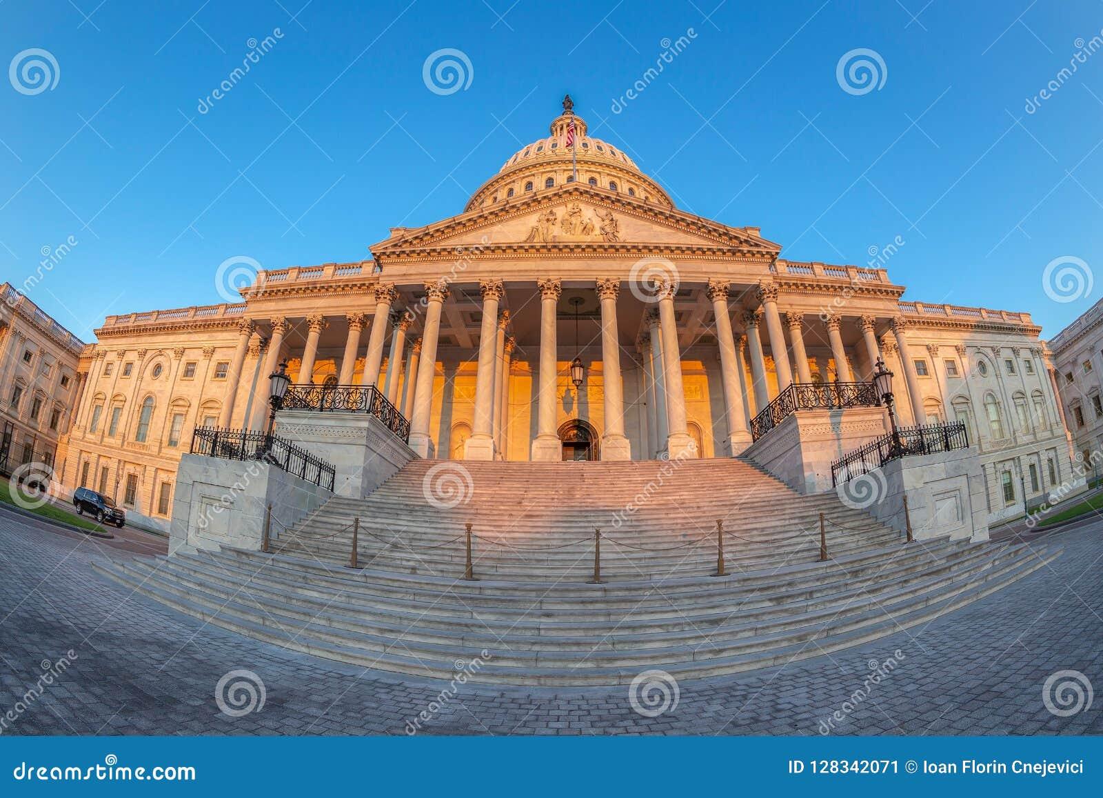 De het Capitoolbouw van Verenigde Staten bij vroege ochtend