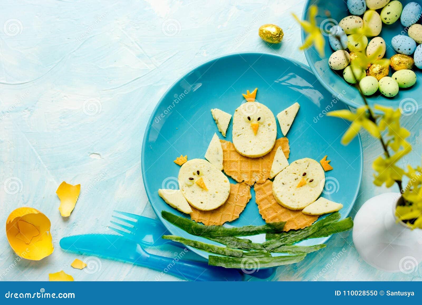 De het grappige ontbijt of lunch van Pasen voor jonge geitjes