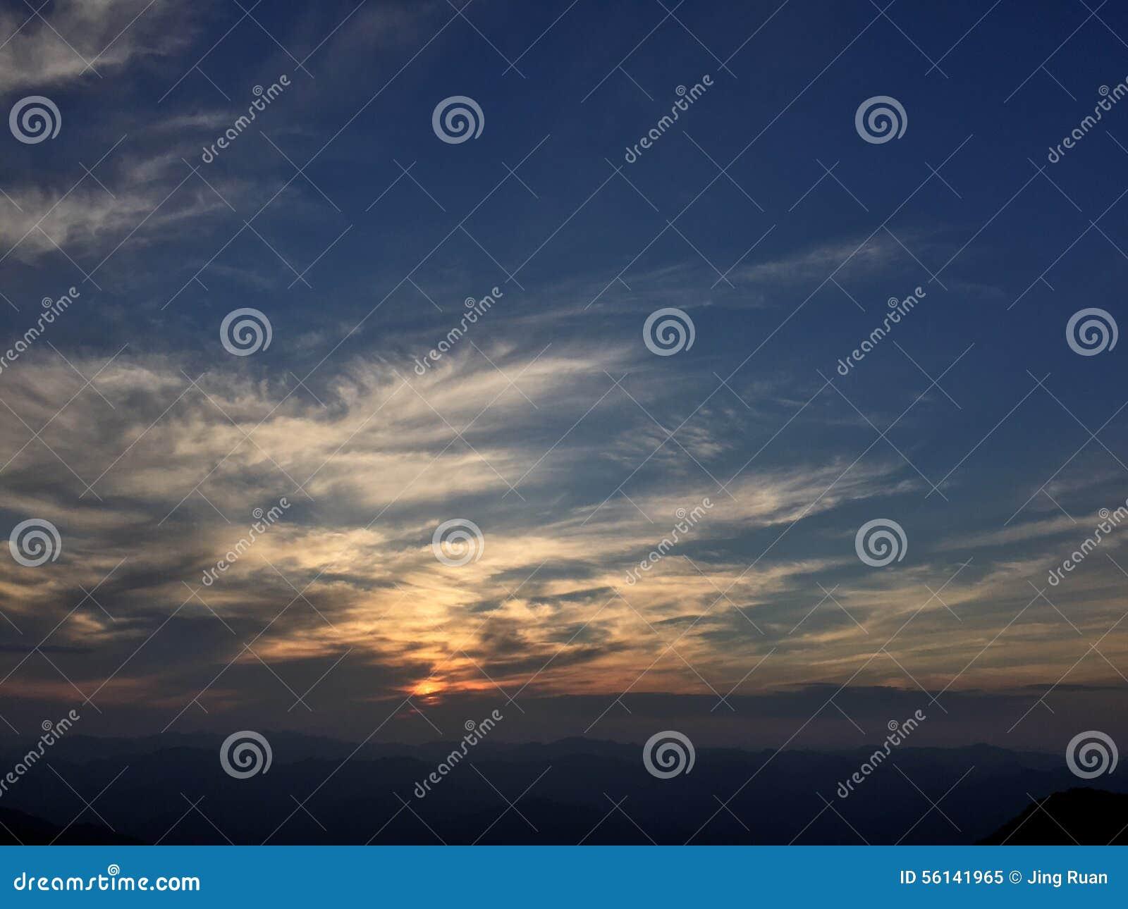 De het plaatsen zon ontstak de hemel