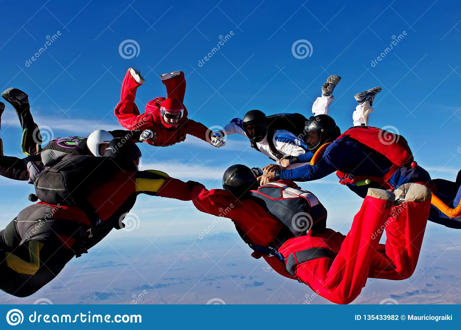 De het werkvorming van het Skydivingsteam maakt een cirkel
