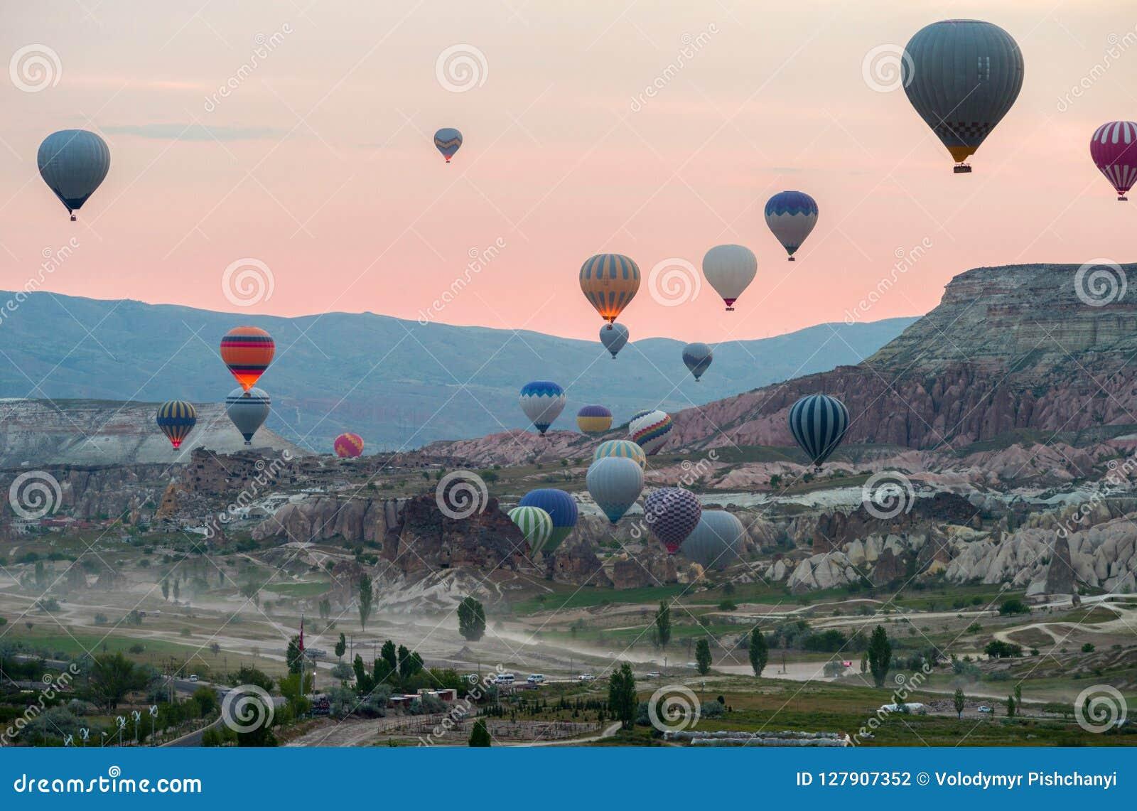 De hete luchtballons stijgen vóór zonsopgang dichtbij Goreme in Cappadocia, Turkije op