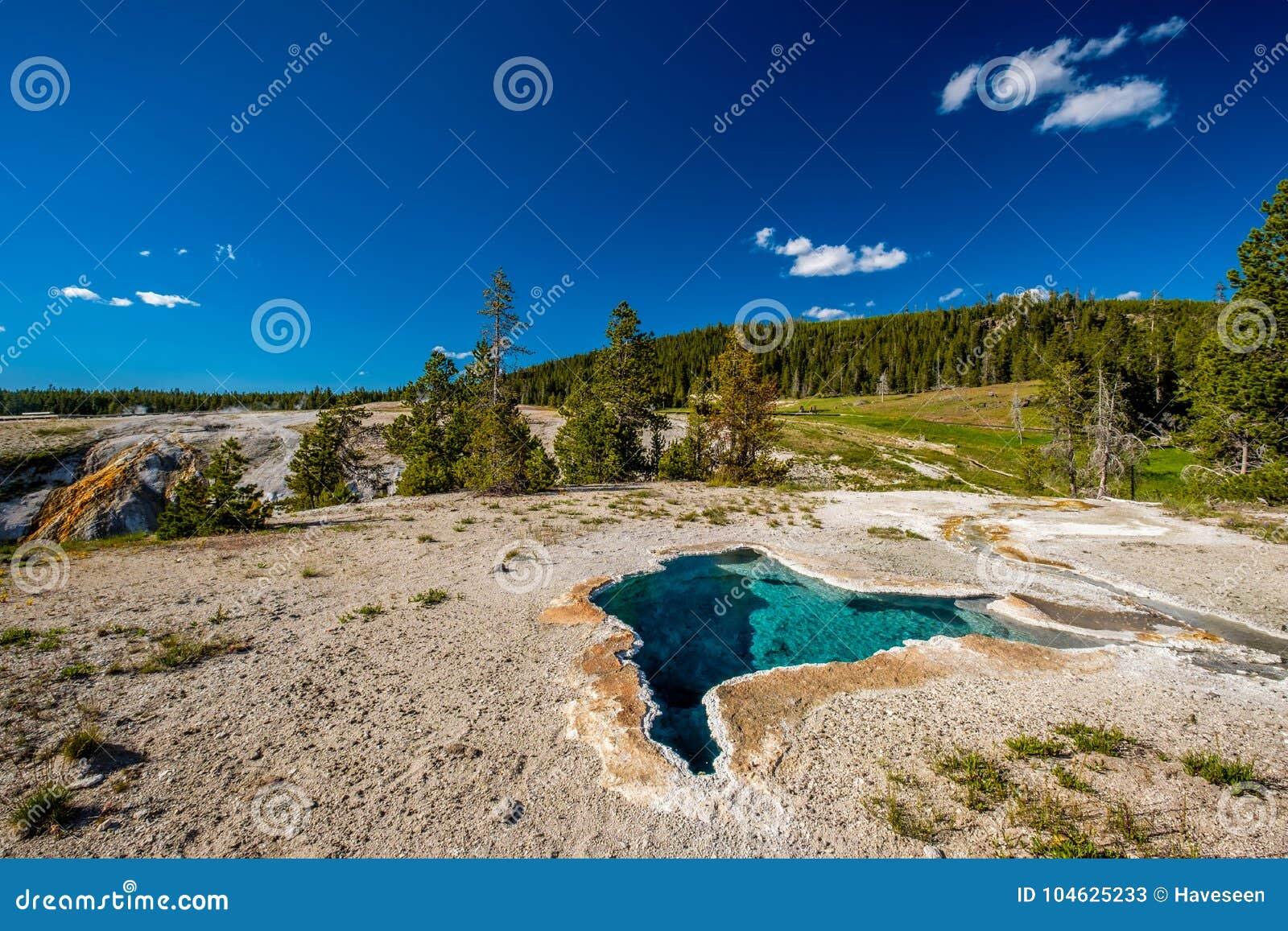 Download De Hete Thermische Lente In Yellowstone Stock Afbeelding - Afbeelding bestaande uit hemel, spring: 104625233
