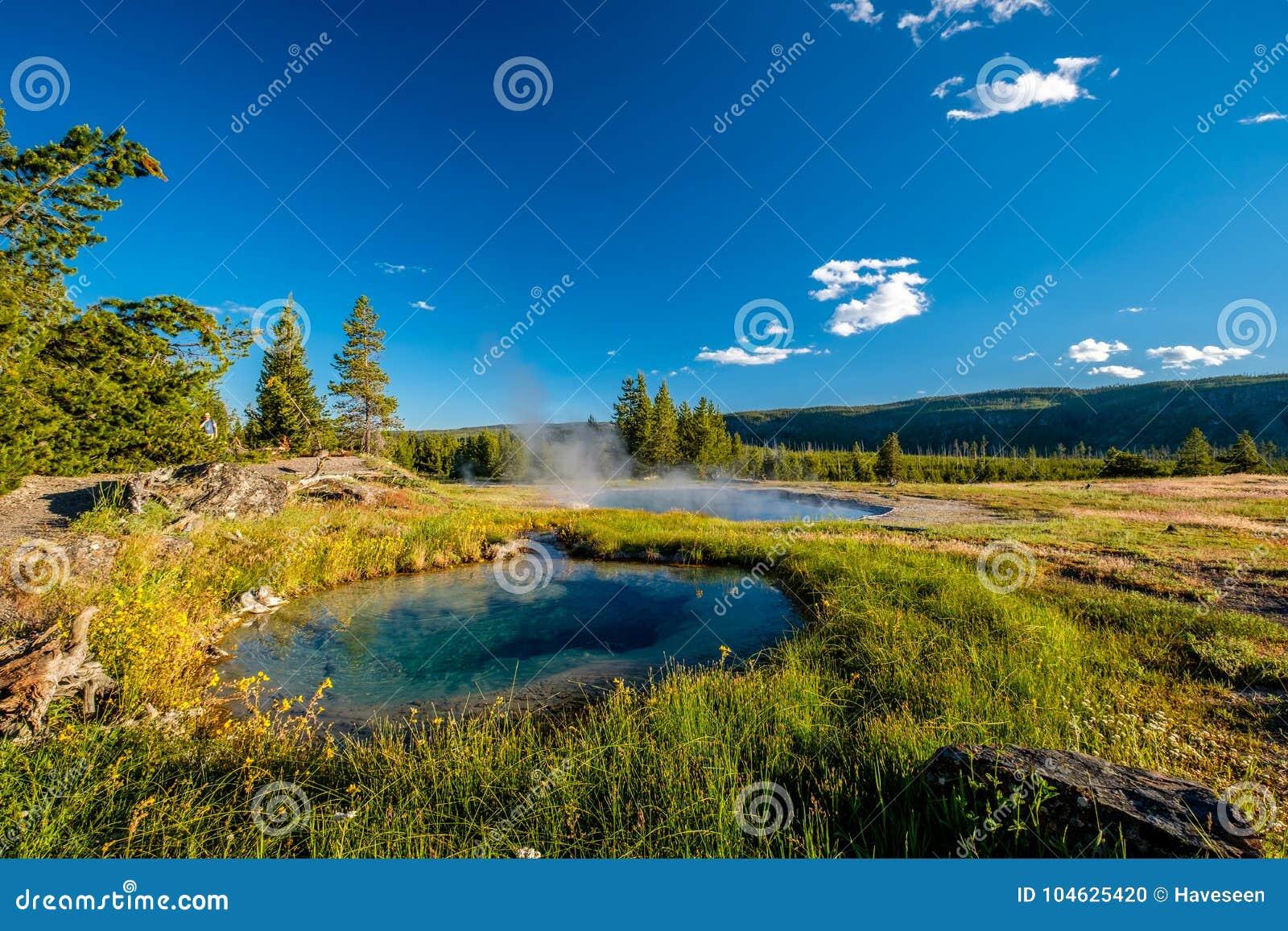 Download De Hete Thermische Lente In Yellowstone Redactionele Afbeelding - Afbeelding bestaande uit wolk, heet: 104625420