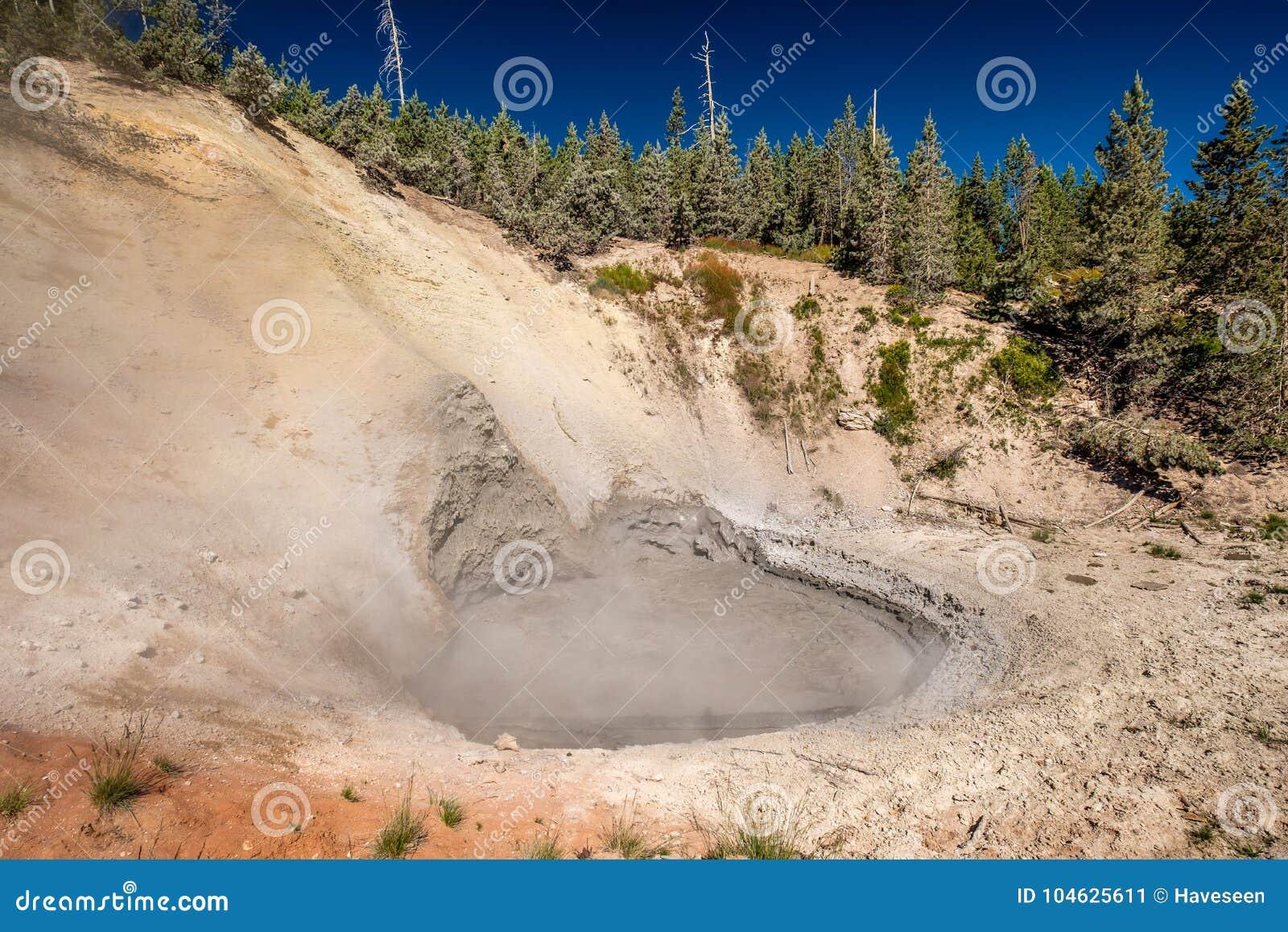 Download De Hete Thermische Lente In Yellowstone Stock Afbeelding - Afbeelding bestaande uit park, geology: 104625611