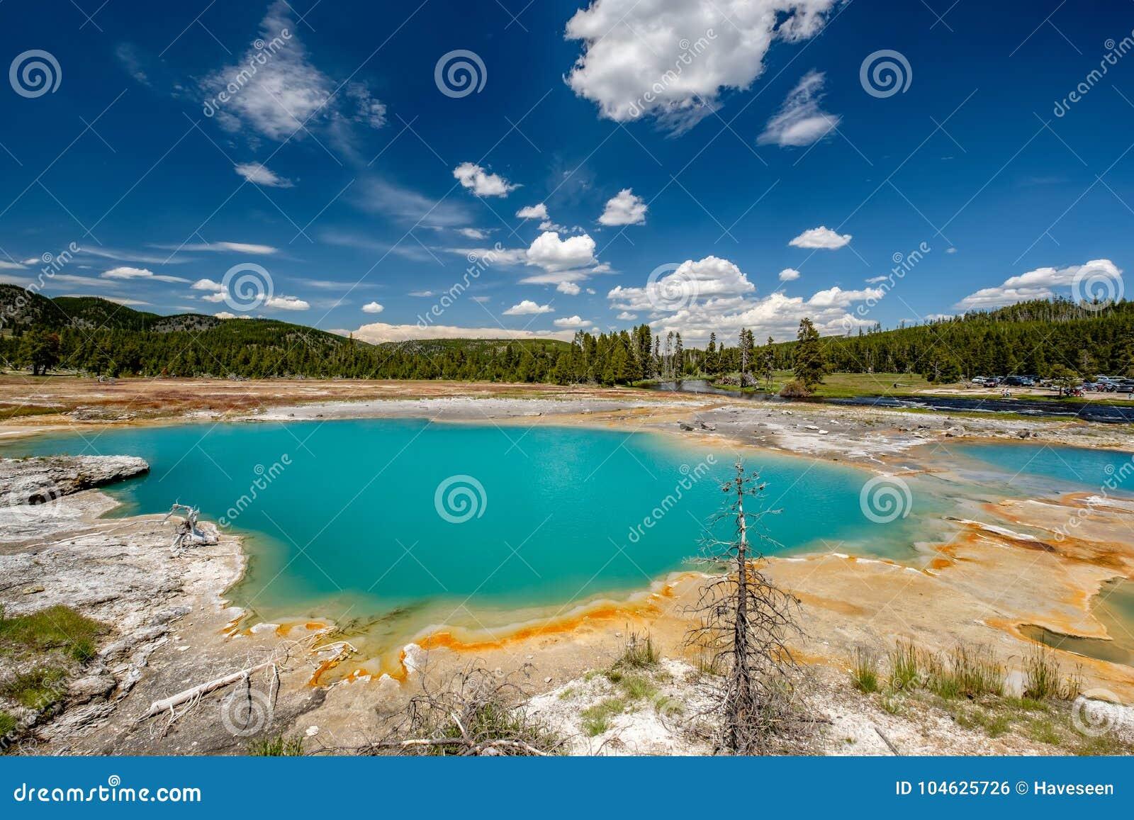 Download De Hete Thermische Lente In Yellowstone Stock Foto - Afbeelding bestaande uit geiser, genaturaliseerd: 104625726