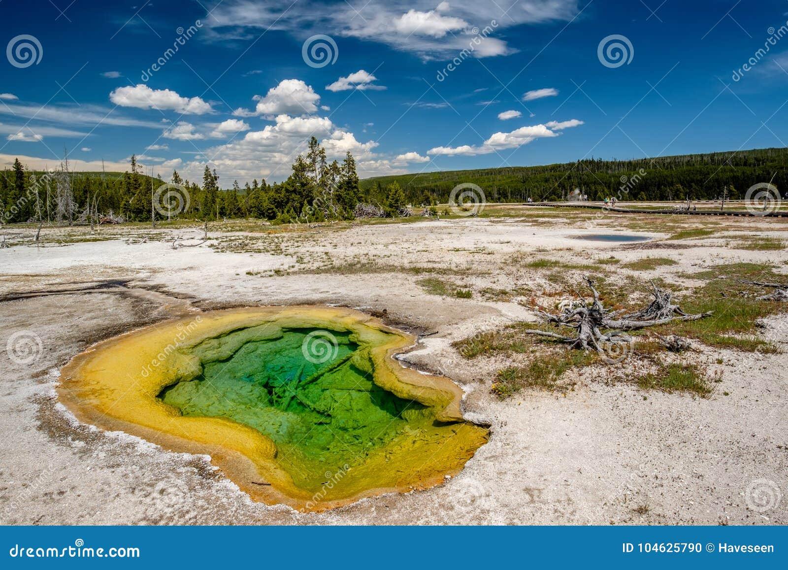 Download De Hete Thermische Lente In Yellowstone Stock Foto - Afbeelding bestaande uit wildernis, hemel: 104625790