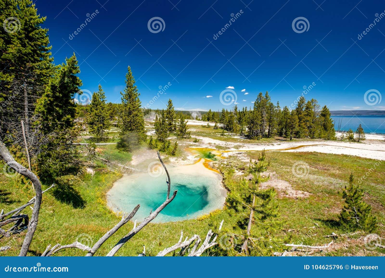 Download De Hete Thermische Lente In Yellowstone Stock Foto - Afbeelding bestaande uit amerika, openlucht: 104625796