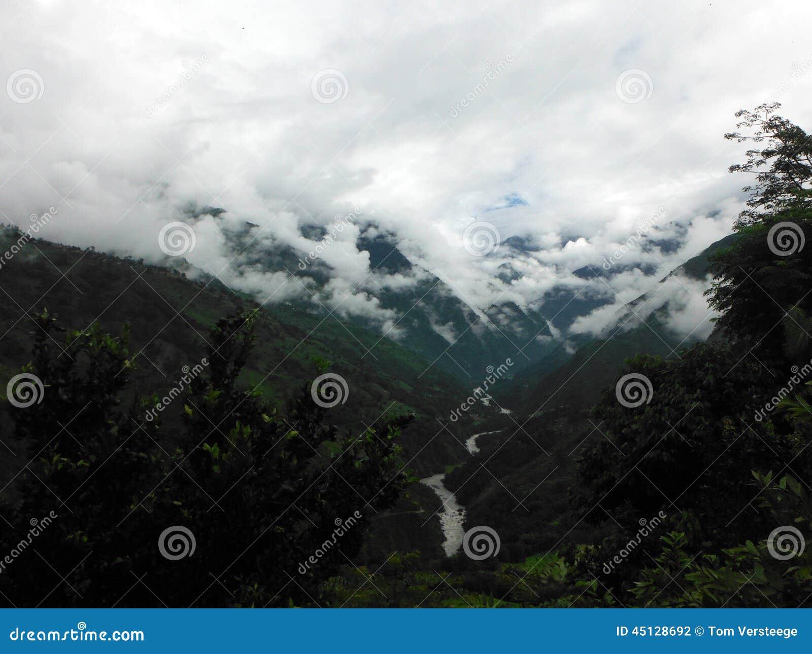 De Himalayanbergen vullen met Wolken tijdens Moesson