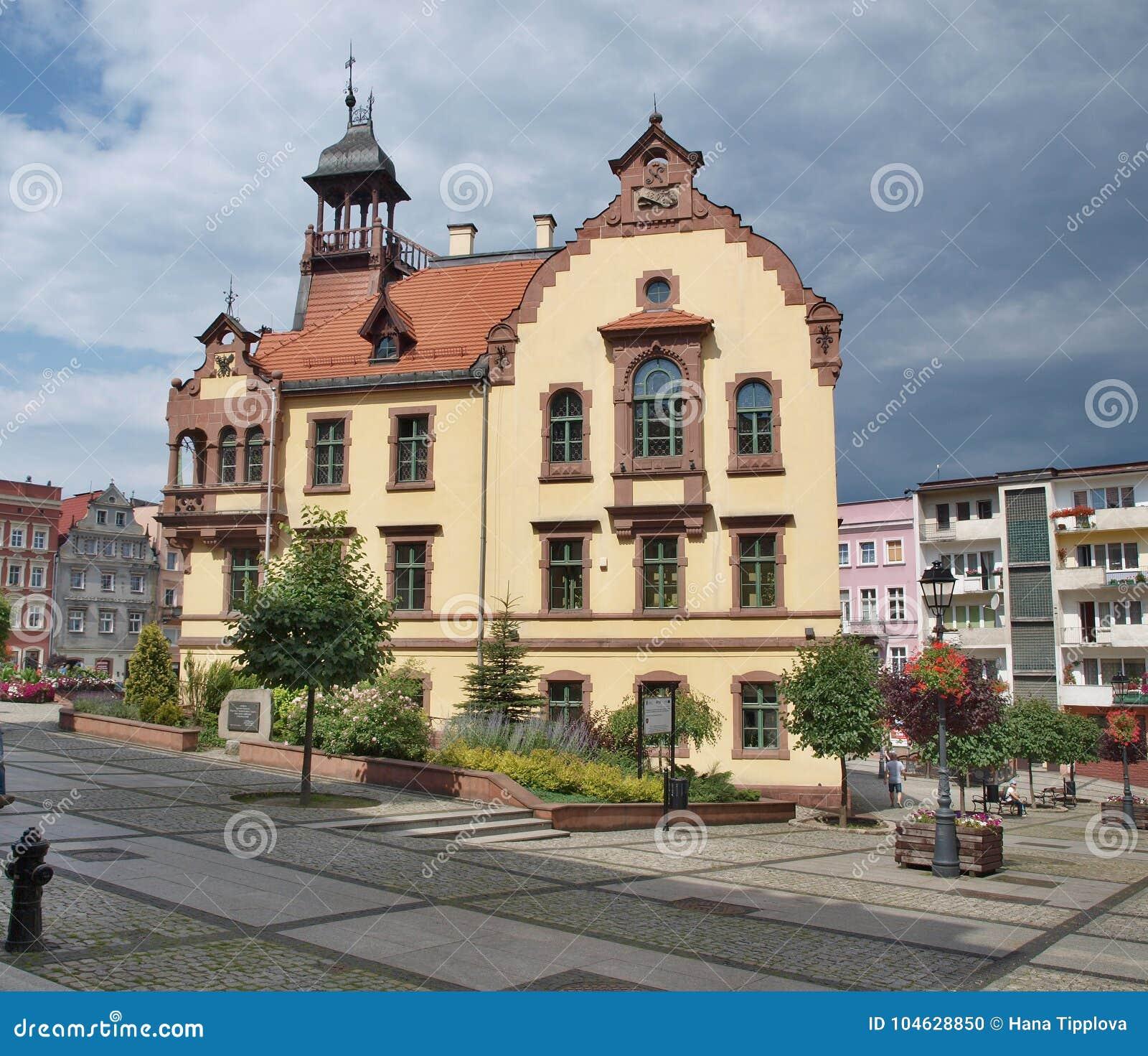 Download De Historische Bouw Van Het Stadhuis, Nowa Ruda Stock Foto - Afbeelding bestaande uit vierkant, zaal: 104628850