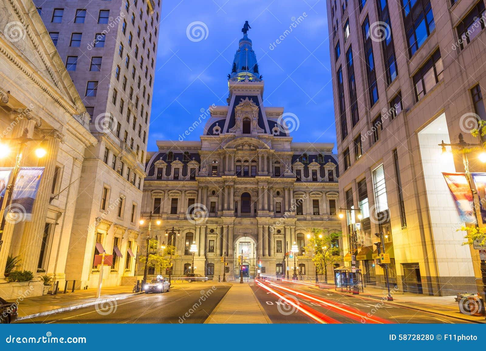De historische het Stadhuisbouw van Philadelphia bij schemering