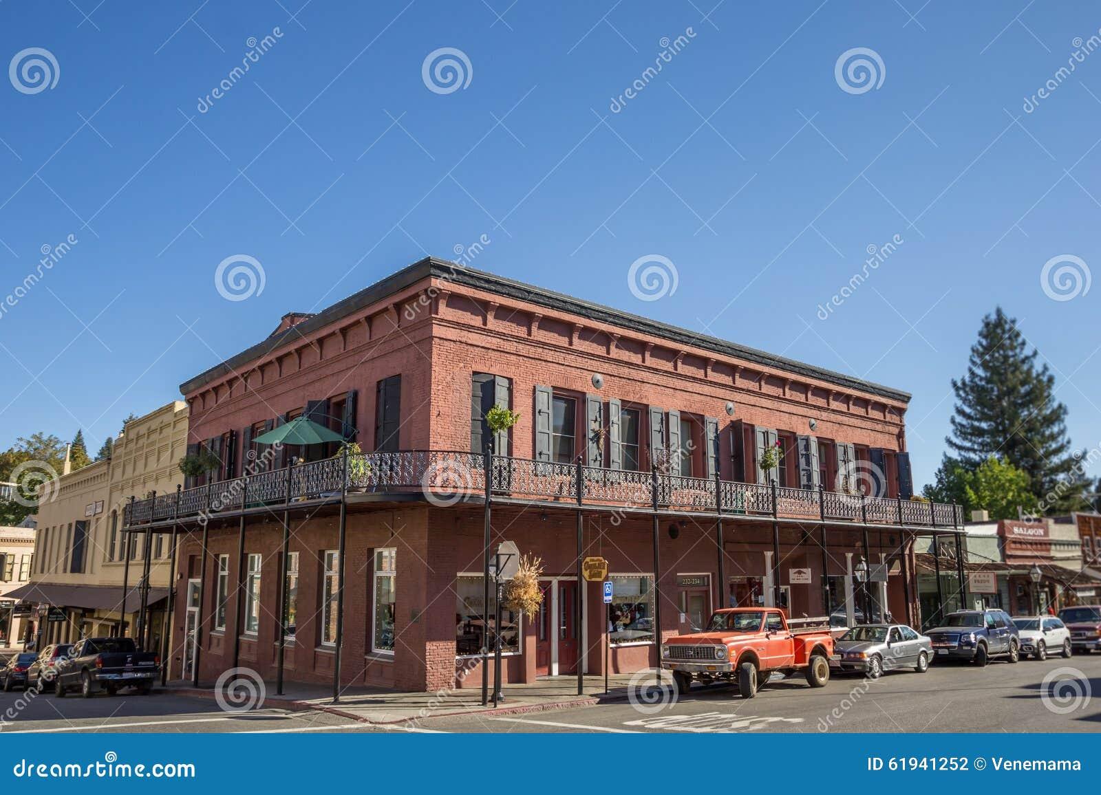 De historische rode baksteenbouw in Nevada City