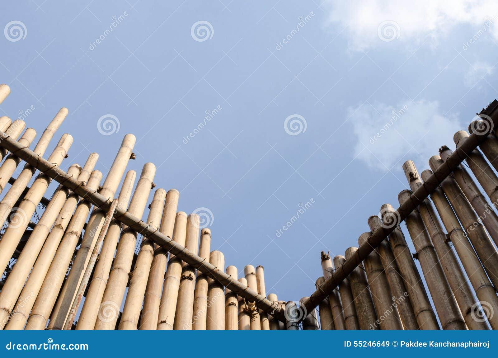 De hoek van negentig graden van de muur werd gemaakt van bamboe