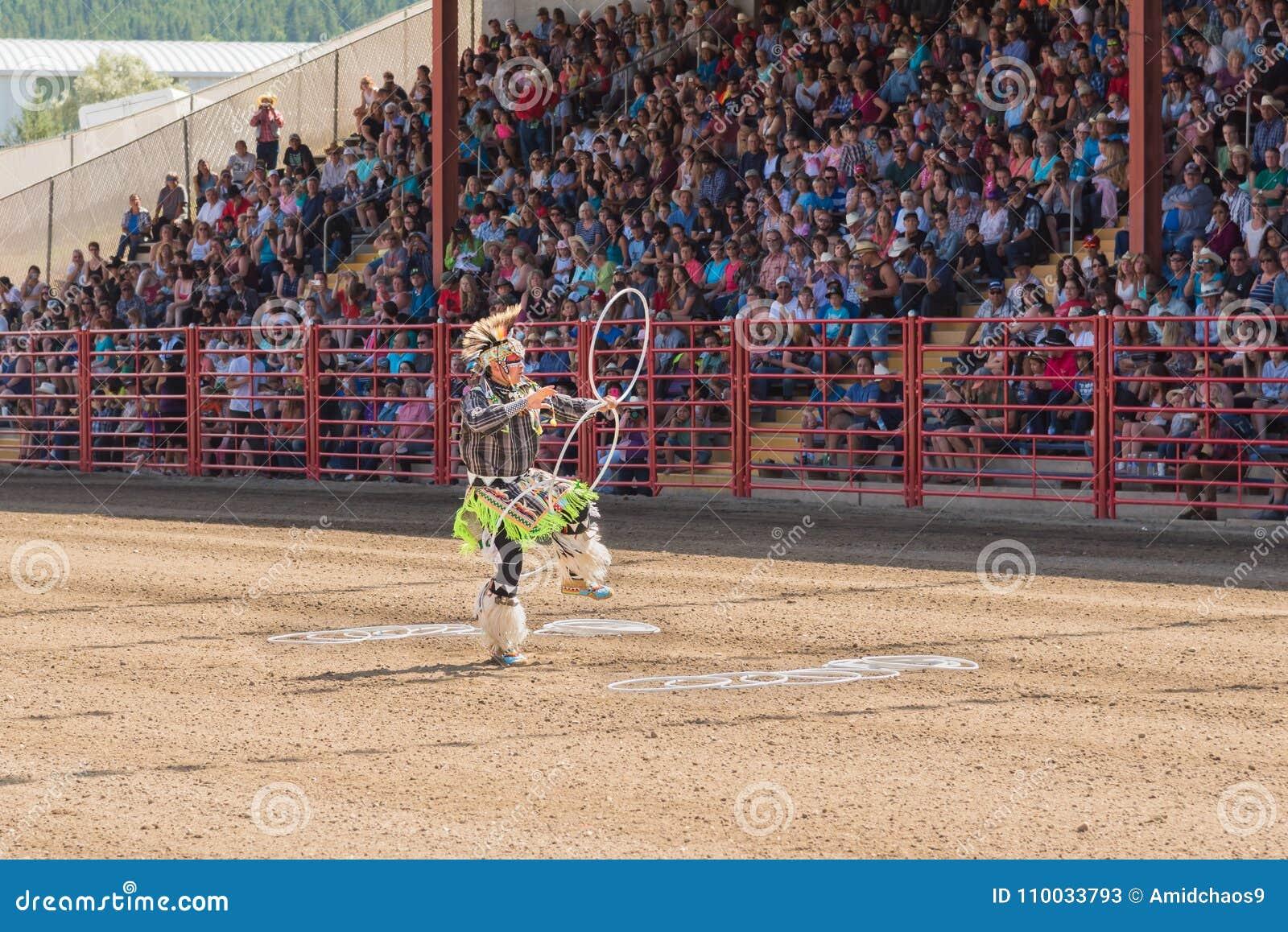 De hoepeldanser Alex Wells die van de wereldkampioen in Williams Lake Stampede presteren