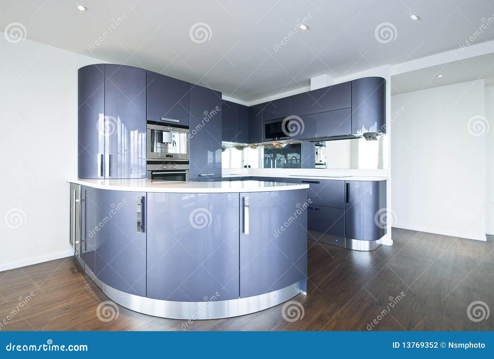 De hoge keuken van de specificatieontwerper in metaalblauw