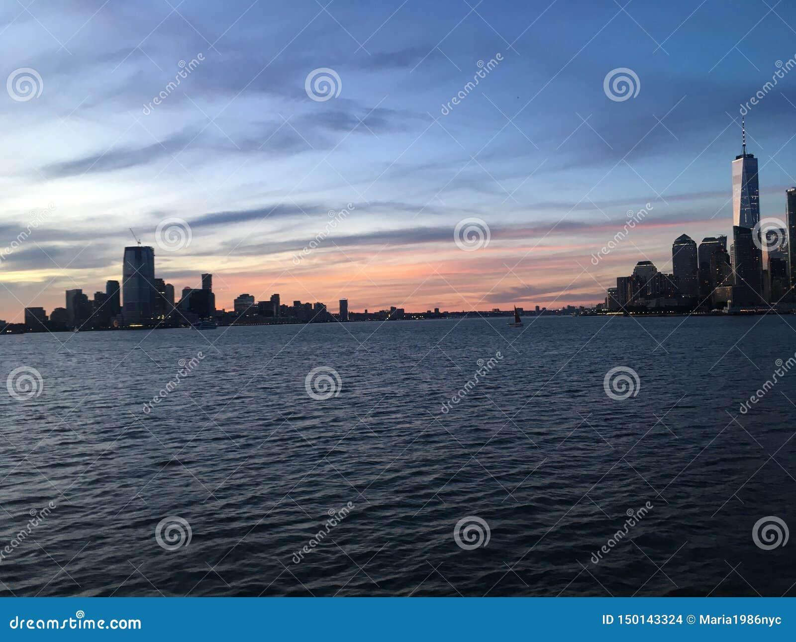 De hogere Baai van New York tijdens Zonsondergang in Juni in New York, NY