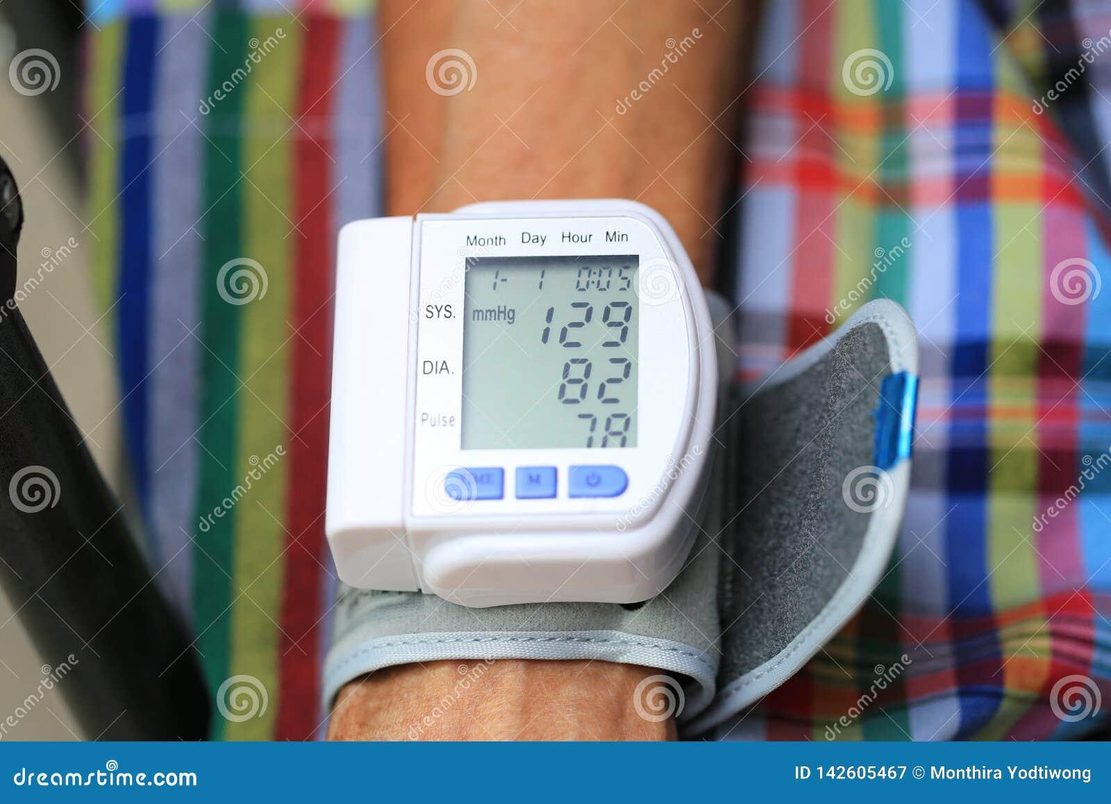 De hogere bloeddrukmeter van de mensencontrole, Gezondheidszorgconcept