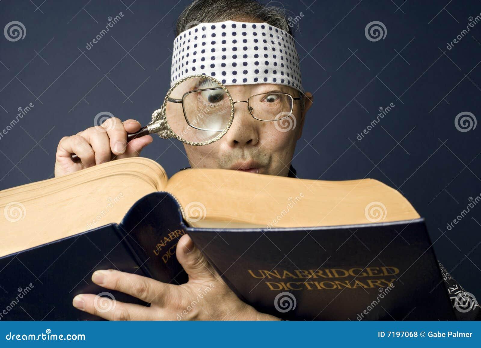 De hogere Japanse mens onderzoekt woordenboek