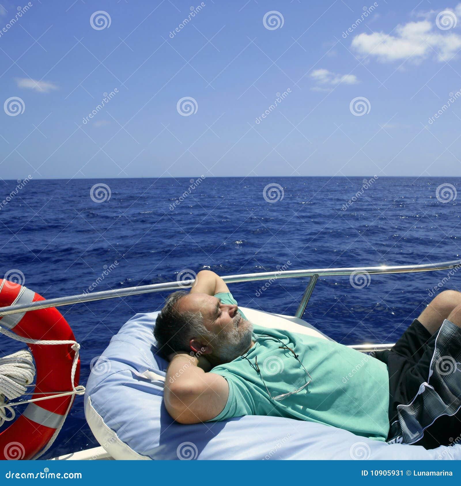 De hogere mens die van de zeeman een rust op de zomerboot heeft
