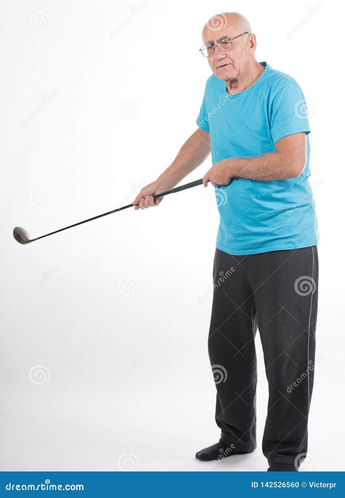 De hogere mens op witte achtergrond speelt golf