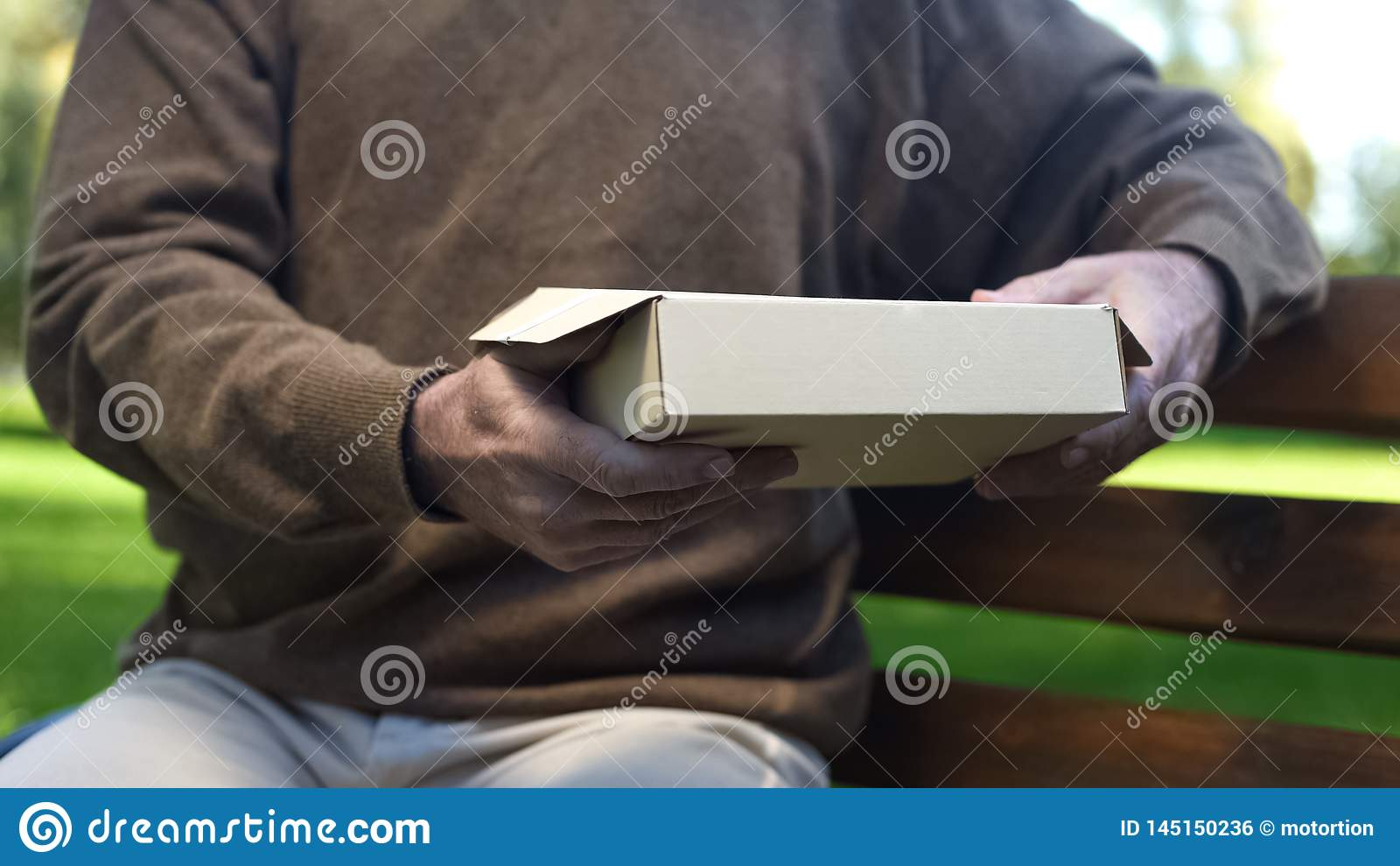 De hogere mensenholding in handen kartonneert doos, voorbij geheugen, nostalgie, archief