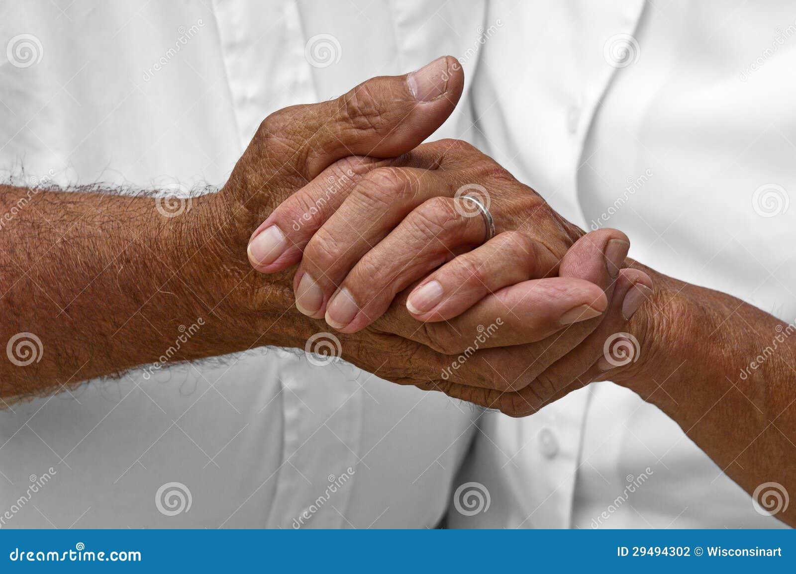 De hogere Rijpe Bejaarde Handen van de Holding van het Paar, Liefde