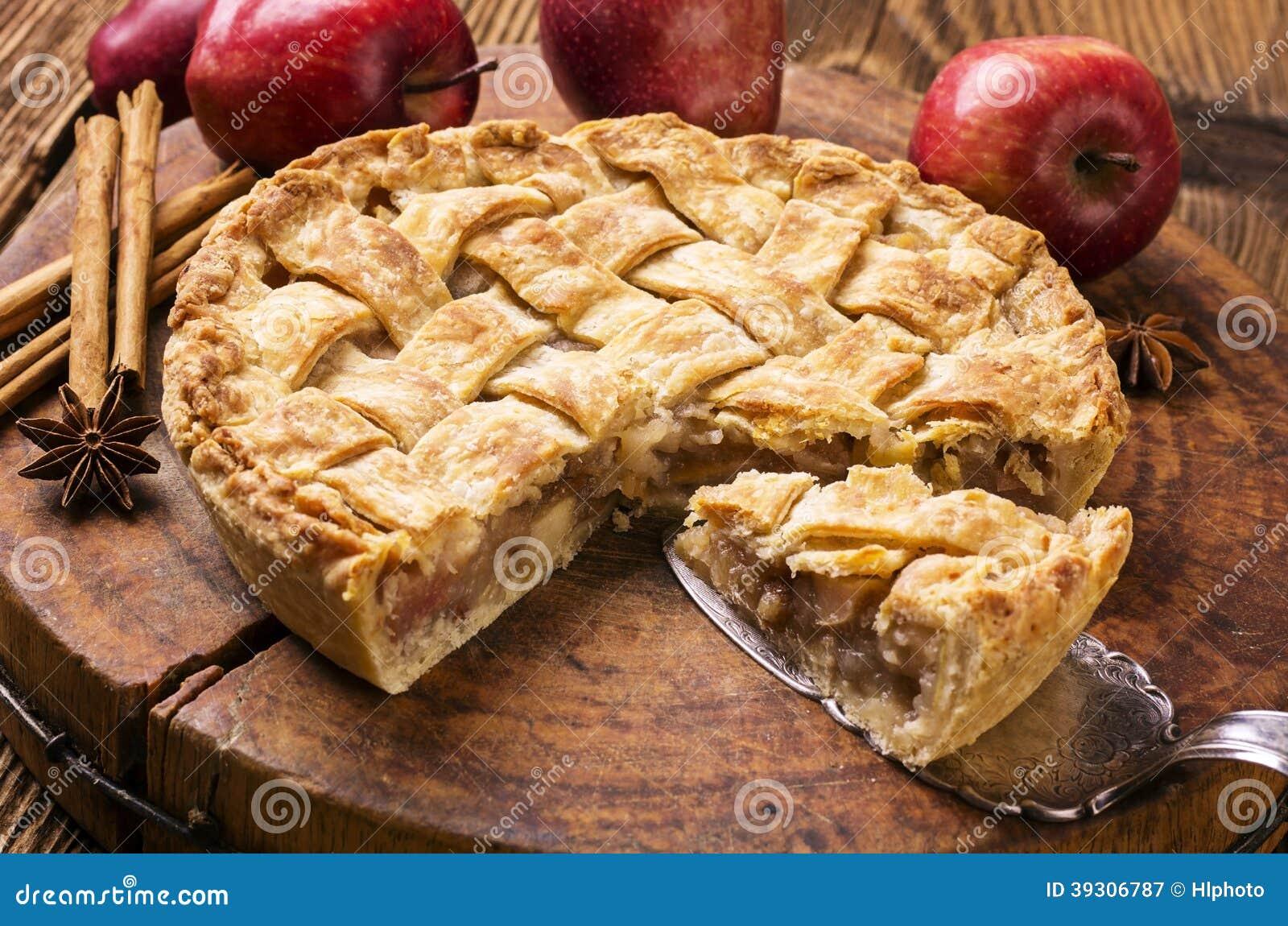 De holding die van de vrouw appeltaart toont