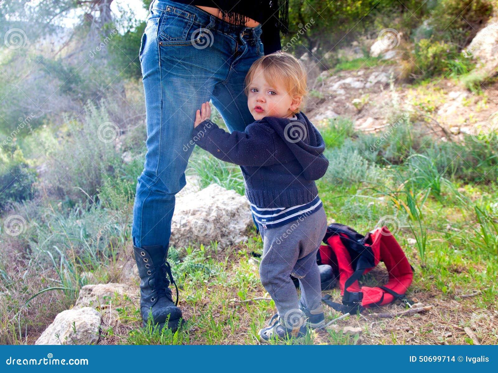 De holding van de babyjongen op zijn moeder
