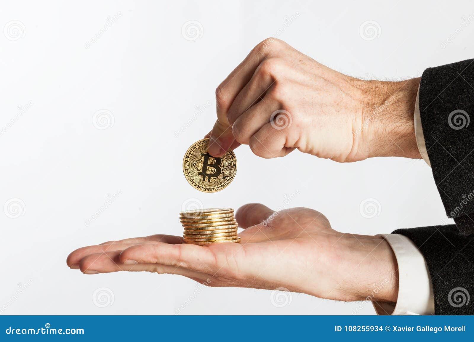 De holding van de zakenmanhand bitcoins