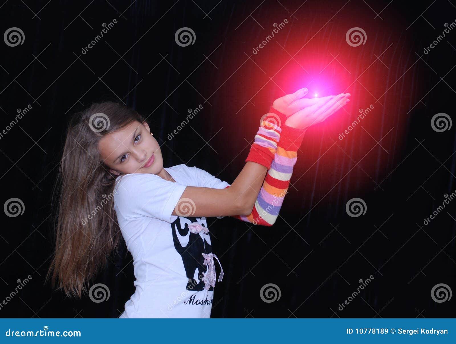 De holdings gloeiende rode orb van het meisje