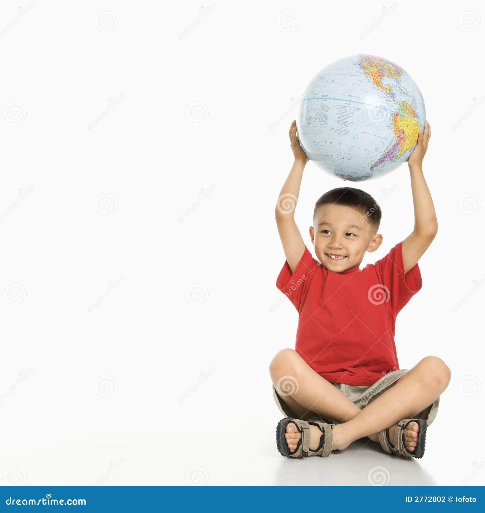 De holdingsbol van de jongen stock fotografie afbeelding 2772002 - Opslagkast ruimte van de jongen ...