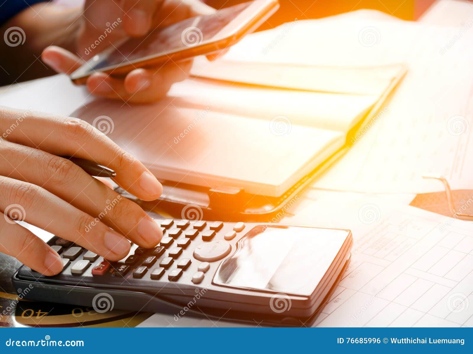 Bureau Design Gebruikt.De Holdingstelefoon Gebruikt Mobiele Telefoon Voor Het