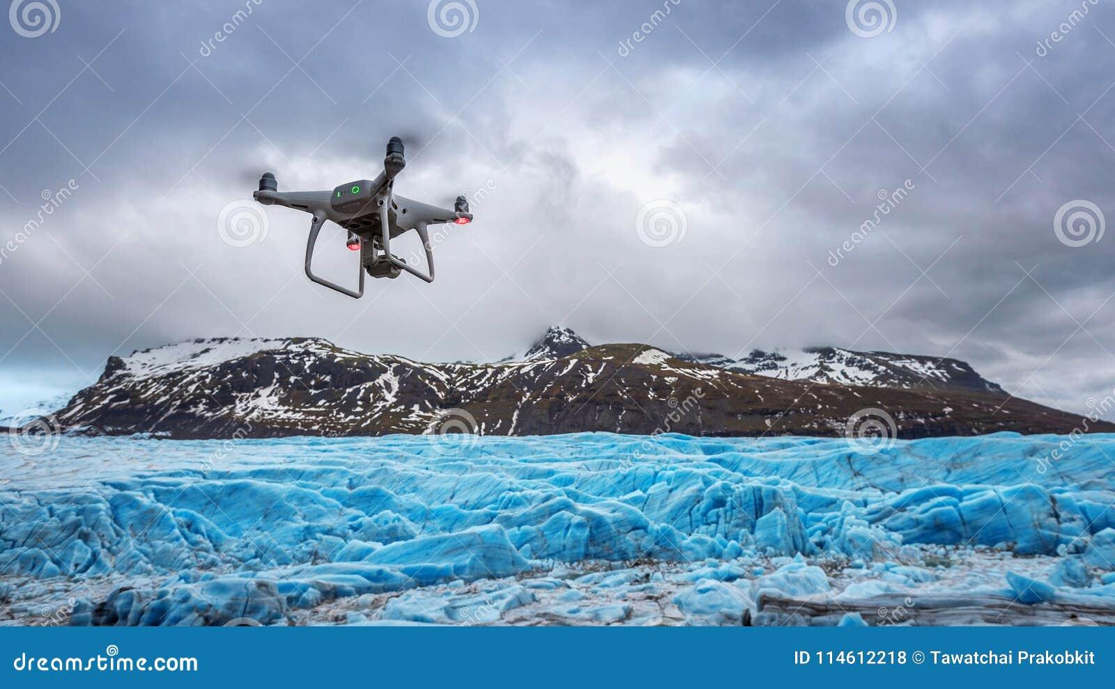 De hommel met een camera vliegt op ijsberg