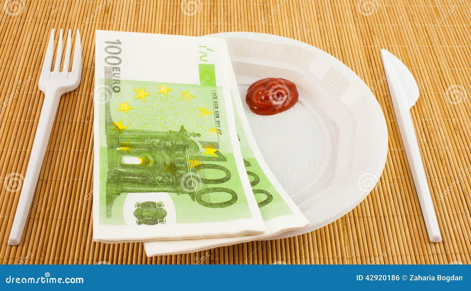 De honger voor geld, 100 euroservetten, ketchup, plastic vork en mes