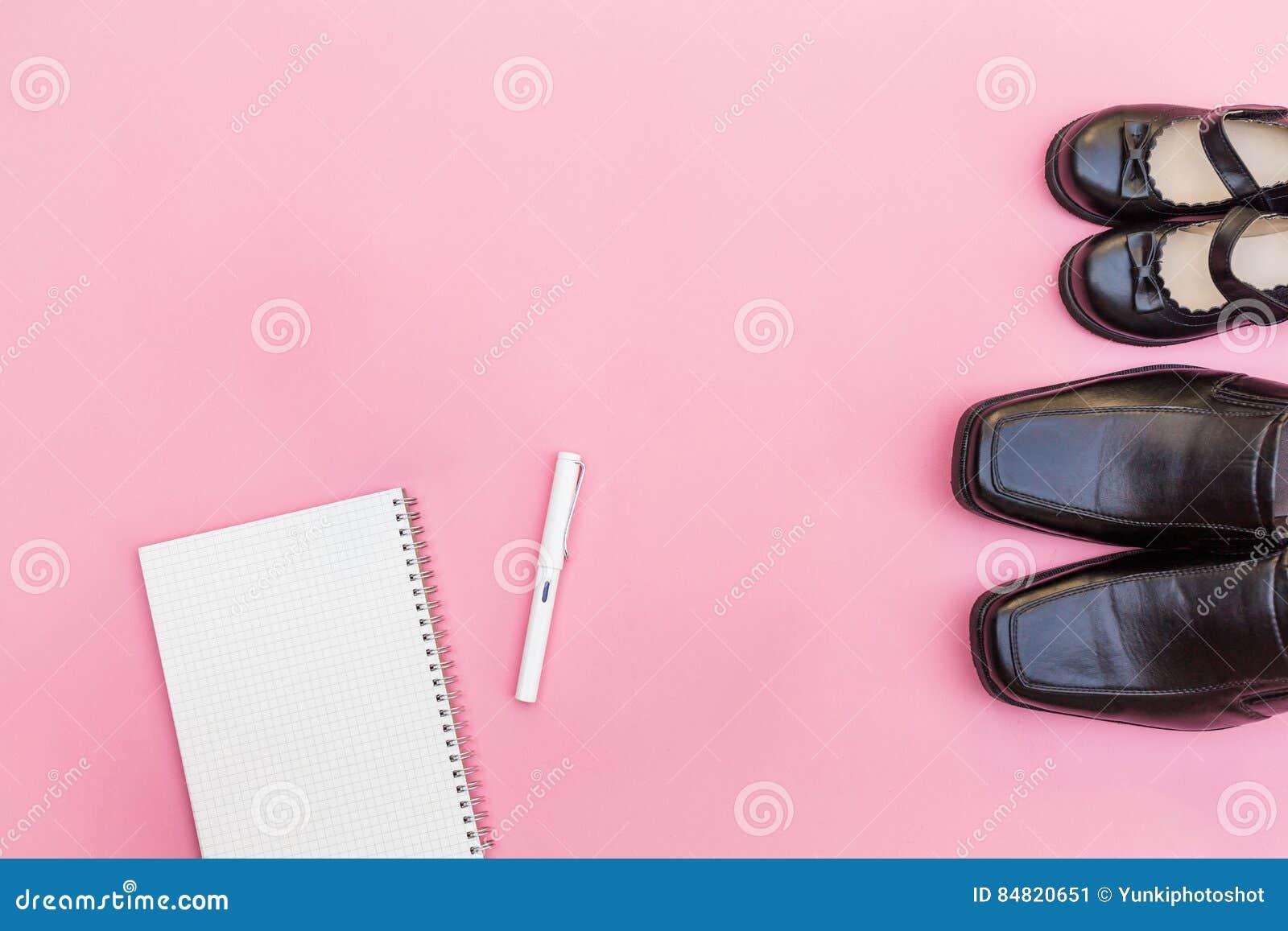 De hoogste laarzen van de meningspapa met dochtermeisje en notitieboekjedocument met