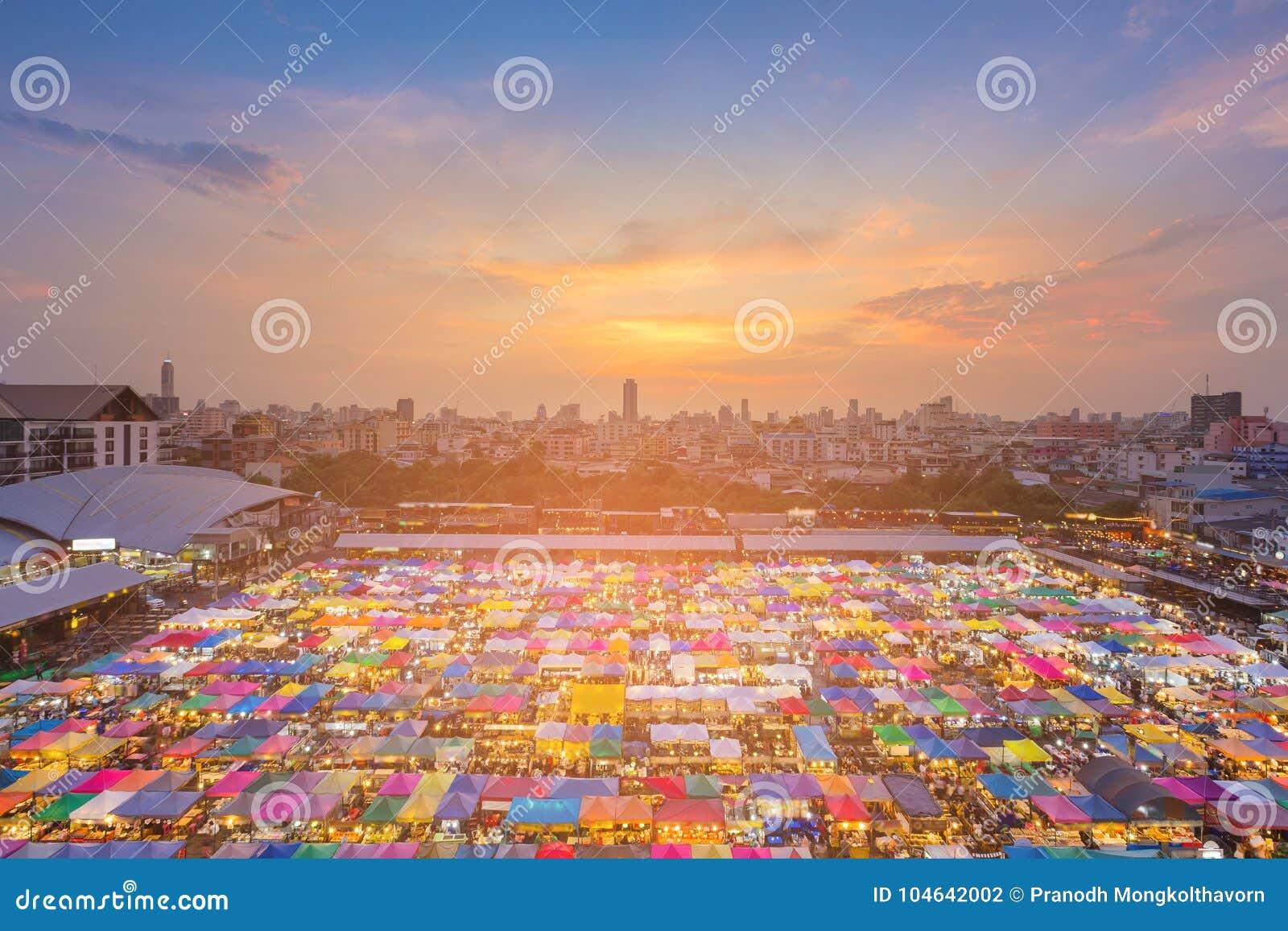 Download De Hoogste Markt Van Het De Kleurenweekend Van De Meningsnacht Veelvoudige Stock Foto - Afbeelding bestaande uit avond, decoratie: 104642002