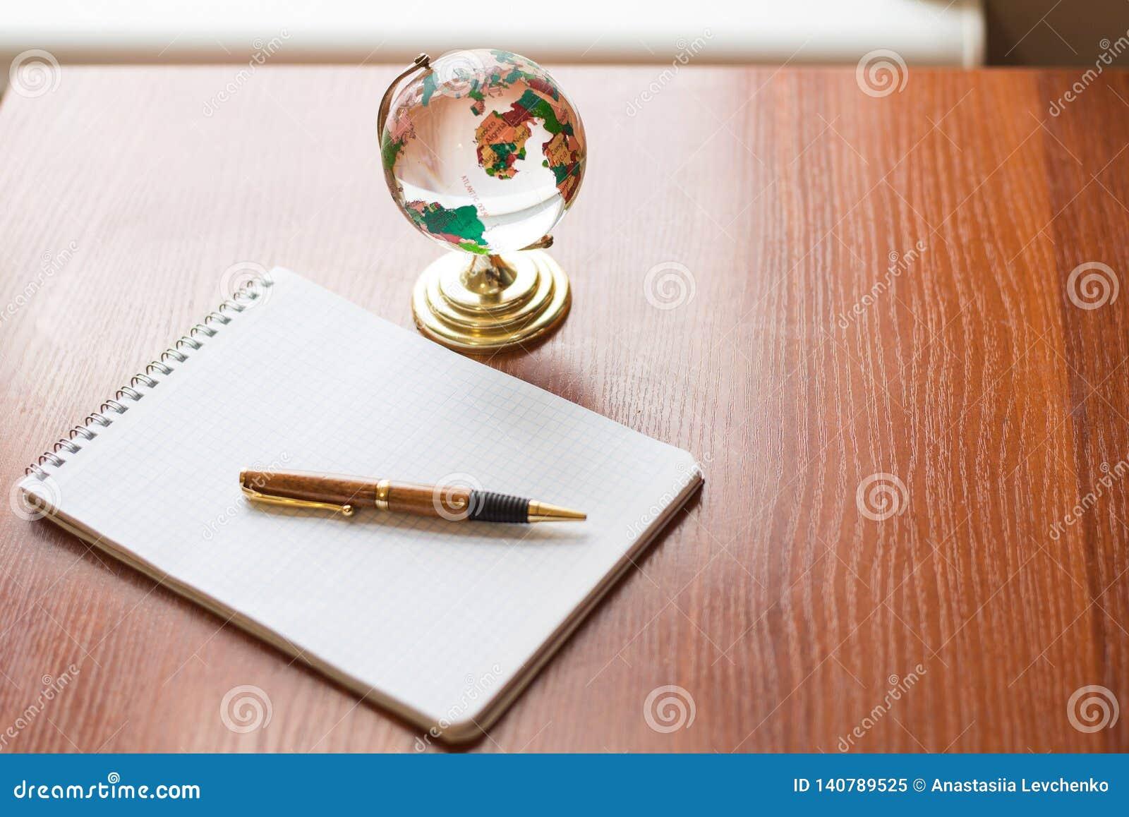 De hoogste mening van Leeg notitieboekje Witboek en de bolwereld brengen op houten achtergrond met ruimte voor uw bericht in kaar