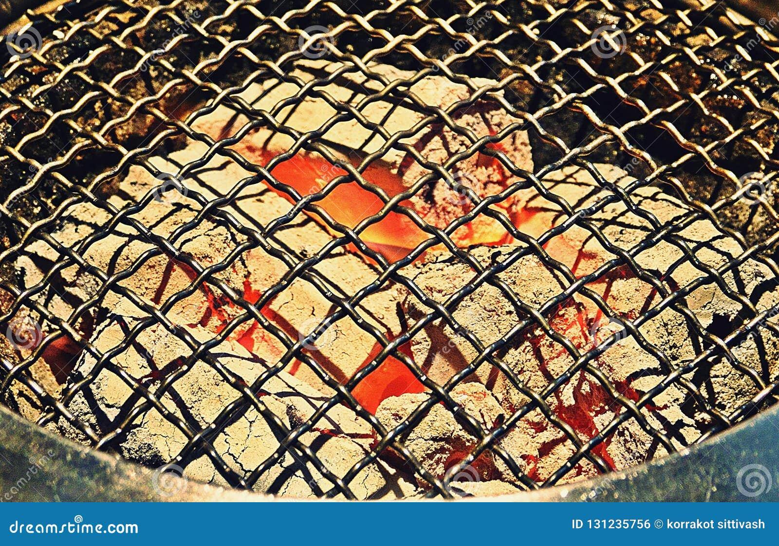 De hoogste Mening van de Lege en Schone Grill van de Barbecuehoutskool met Vlammen van Brand, sluit omhoog