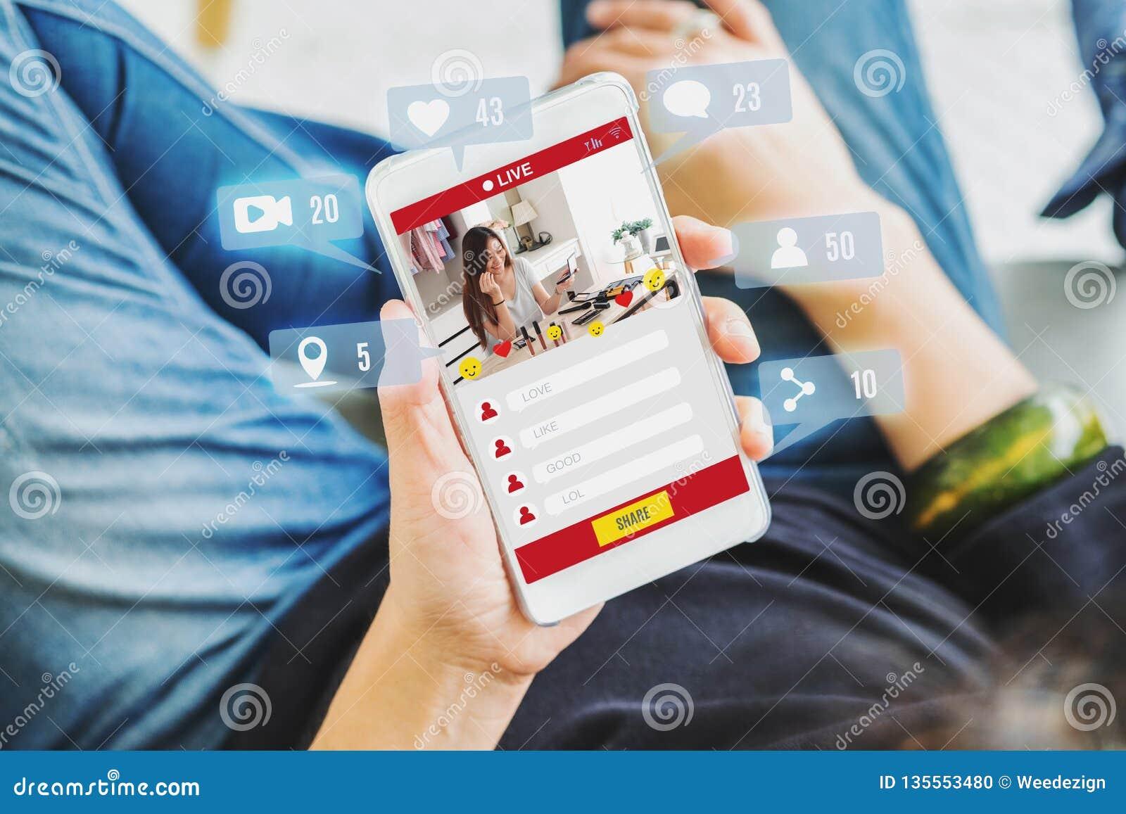 De hoogste mening van vrouwenmening van schoonheid blogger herziet online met mobiele toepassingen thuis, online influencertechno