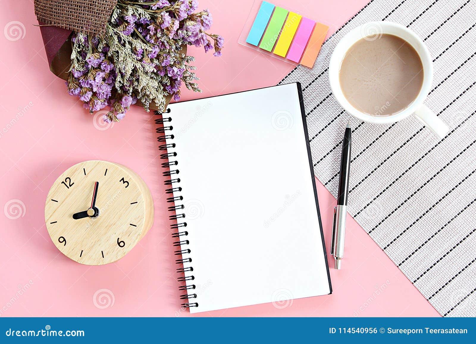 De hoogste mening of vlak legt van open notitieboekjedocument, boeket van droge wilde bloemen, klok, koffiekop op bureaulijst