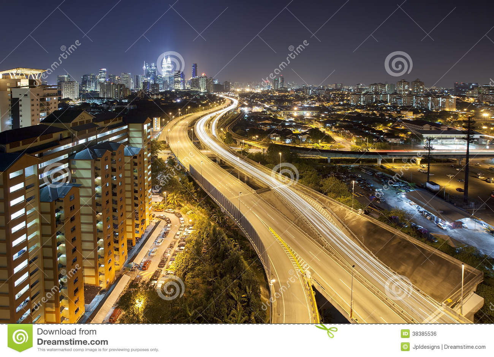 De Horizon van Ampangkuala lumpur elevated highway city bij Schemer