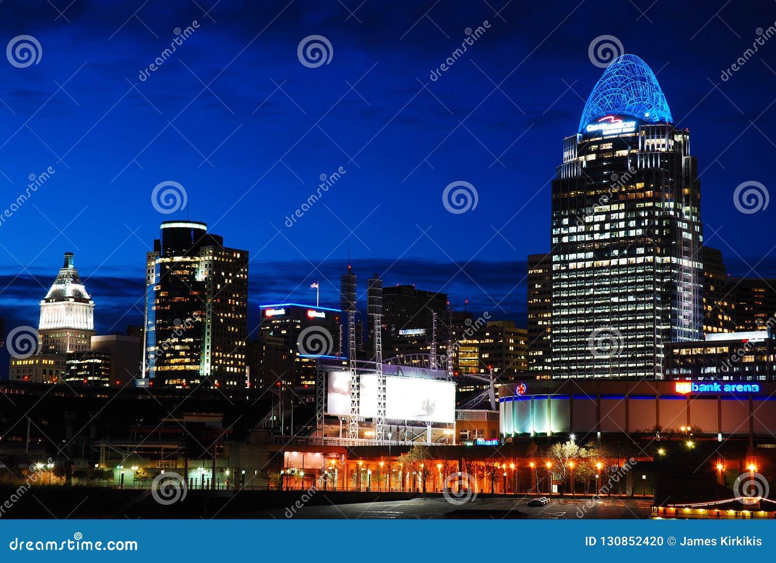 De horizon van Cincinnati bij nacht