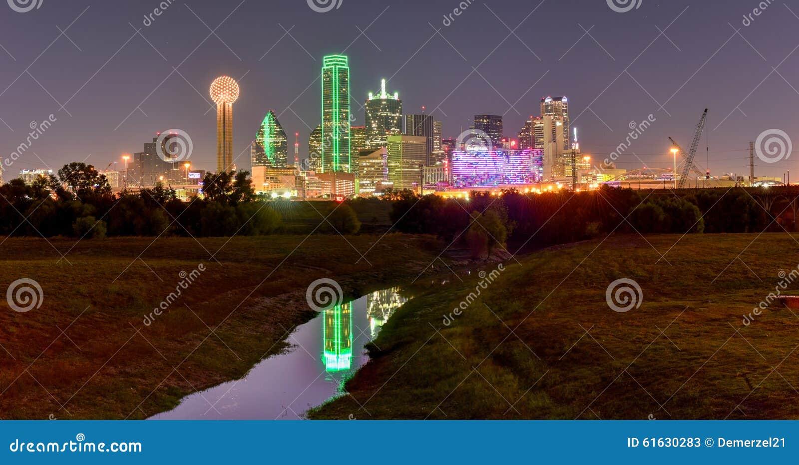 De Horizon van Dallas bij Nacht