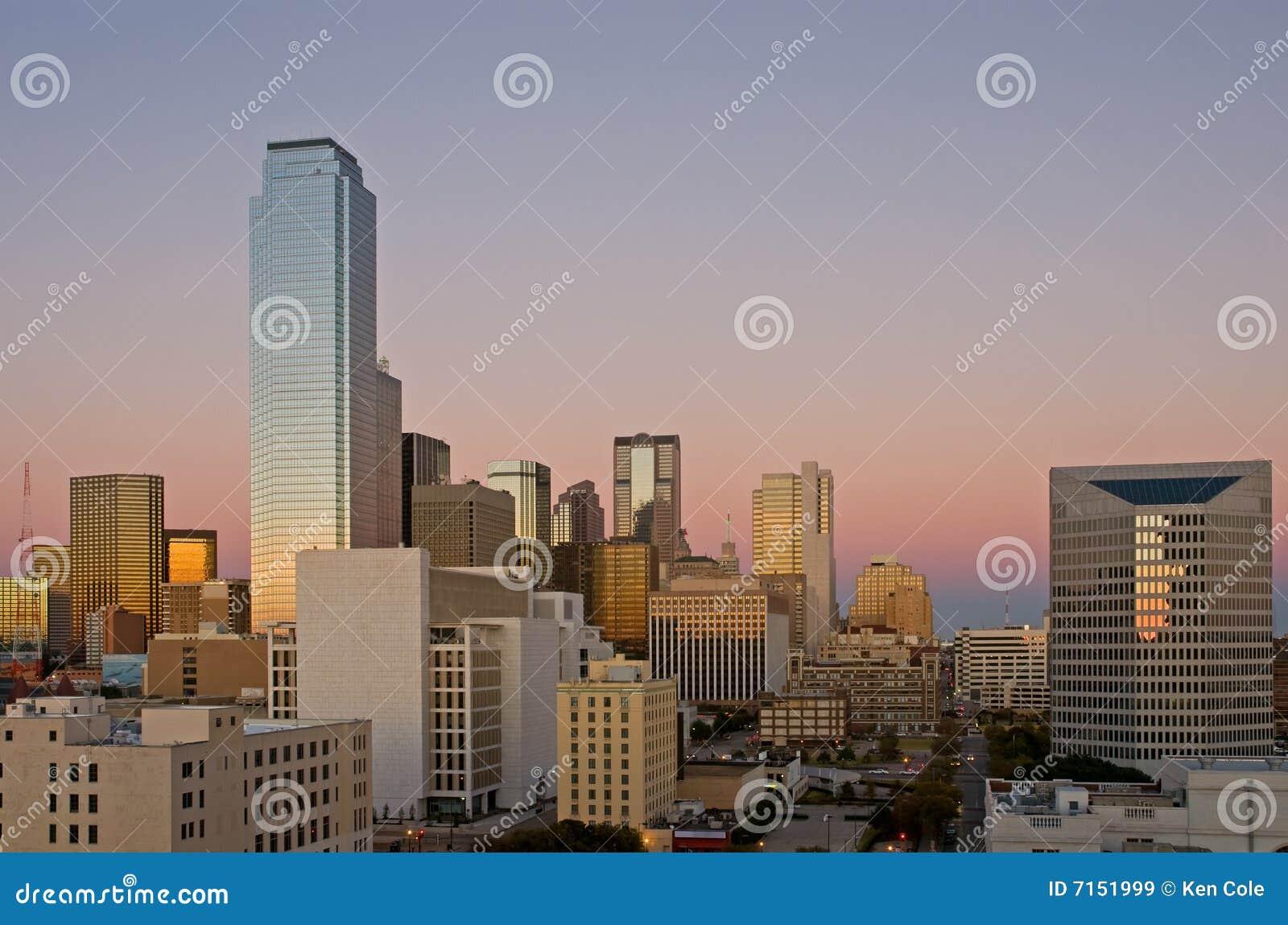 De horizon van Dallas bij schemer