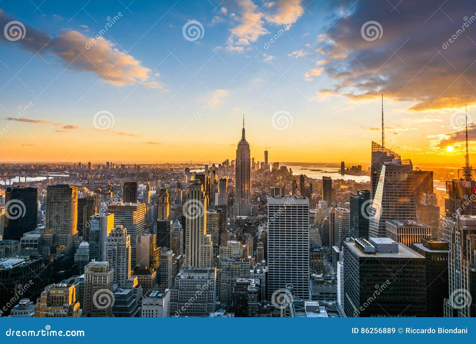 De horizon van de Stadsmanhattan van New York bij zonsondergang, mening vanaf Bovenkant van de Rots, Rockfeller-Centrum, Verenigd