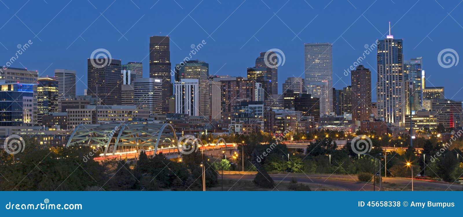 De Horizon van Denver bij Schemer