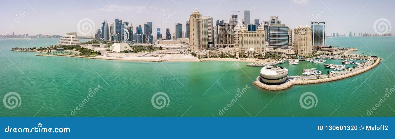 De horizon van Doha, Qatar Moderne rijke stad van het Middenoosten van wolkenkrabbers, satellietbeeld in goed weer, mening van ja